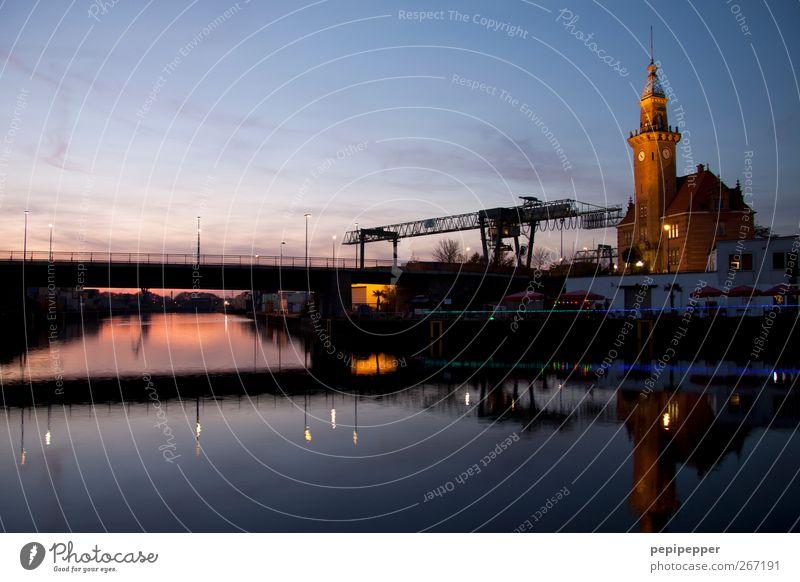 Hafen Wasser Stadt ruhig Architektur Horizont Arbeit & Erwerbstätigkeit Industrie Dinge Fluss Güterverkehr & Logistik Flussufer Museum Sightseeing Arbeitsplatz