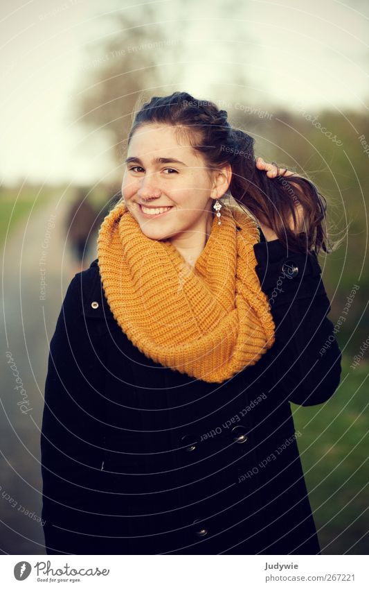 Sonnig Freude Glück schön Leben harmonisch Mensch feminin Junge Frau Jugendliche Umwelt Natur Frühling Herbst Feld Mode Bekleidung Mantel Schal Ohrringe