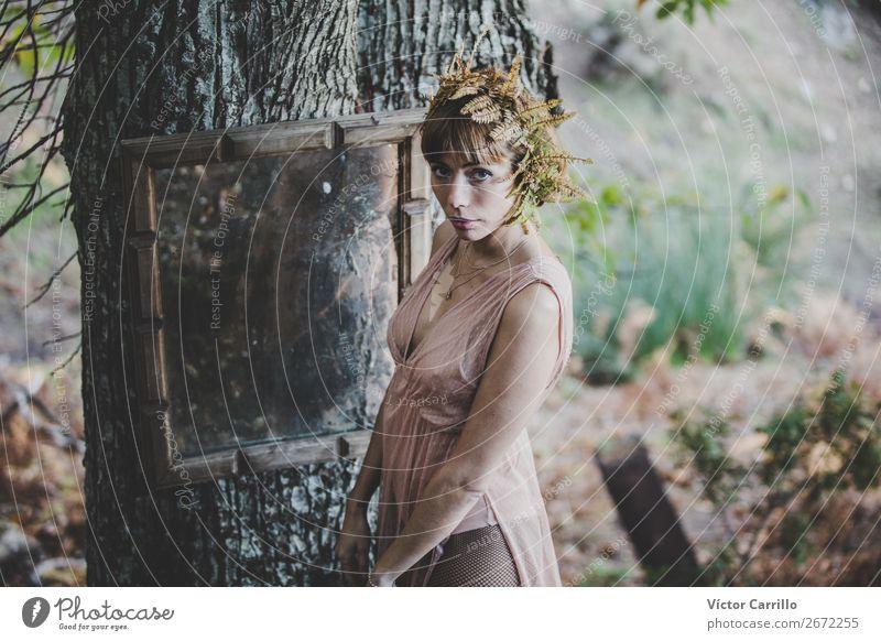 Eine junge Frau, die im Wald steht. Lifestyle elegant Stil Design exotisch Freude Gesicht Kosmetik Parfum Mensch feminin Junge Frau Jugendliche Erwachsene 1