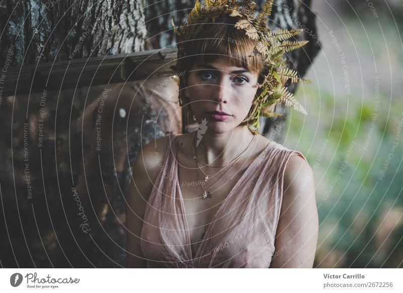 Eine junge Frau, die im Wald steht. Lifestyle elegant Stil Design exotisch Freude Mensch feminin Junge Frau Jugendliche Erwachsene 1 18-30 Jahre Kultur