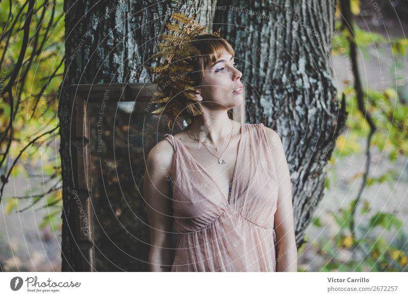 Eine junge Frau, die im Wald steht. Lifestyle elegant Stil Design exotisch schön Mensch feminin Junge Frau Jugendliche Erwachsene 1 18-30 Jahre Umwelt Natur