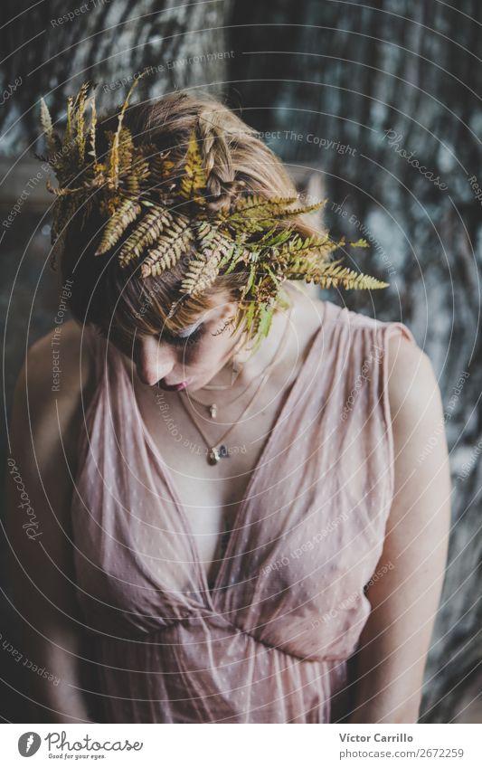 Eine junge Frau, die im Wald steht. Lifestyle kaufen elegant Stil Design exotisch Freude Parfum Mensch feminin Junge Frau Jugendliche Erwachsene 1 18-30 Jahre