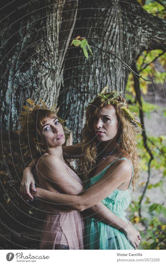 Ein junges Frauenpaar, das im Wald steht. Lifestyle elegant Stil Mensch feminin androgyn Homosexualität Junge Frau Jugendliche Erwachsene Freundschaft Paar
