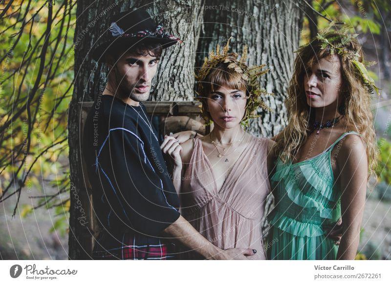 Eine junge Gruppe von Freunden, die im Wald stehen. Lifestyle elegant Stil Design exotisch schön Mensch maskulin feminin androgyn Homosexualität Junge Frau
