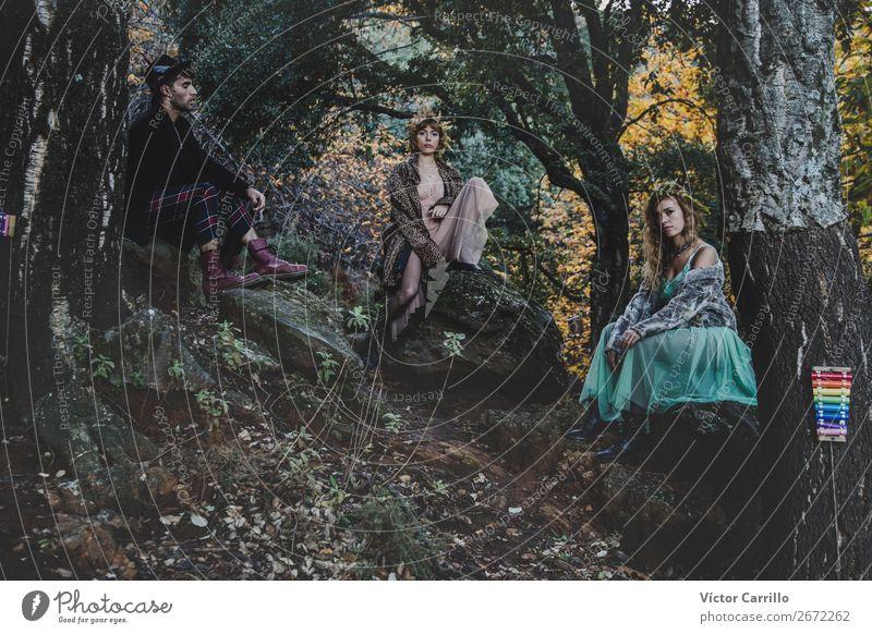 Eine junge Gruppe von Freunden, die im Wald stehen. Lifestyle elegant Stil Design exotisch Freude Mensch maskulin feminin Junge Frau Jugendliche Junger Mann