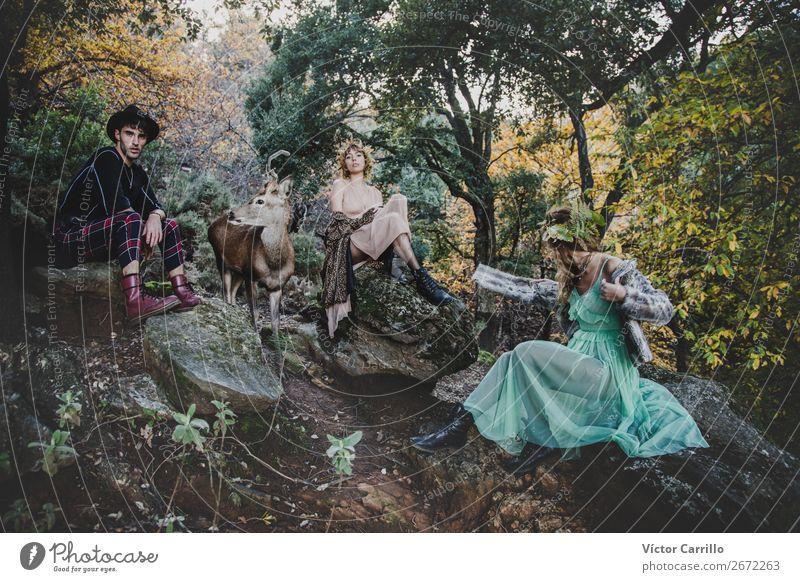 Eine junge Gruppe von Freunden, die im Wald stehen und ein Hirsch. Lifestyle elegant schön Mensch maskulin feminin androgyn Junge Frau Jugendliche Junger Mann
