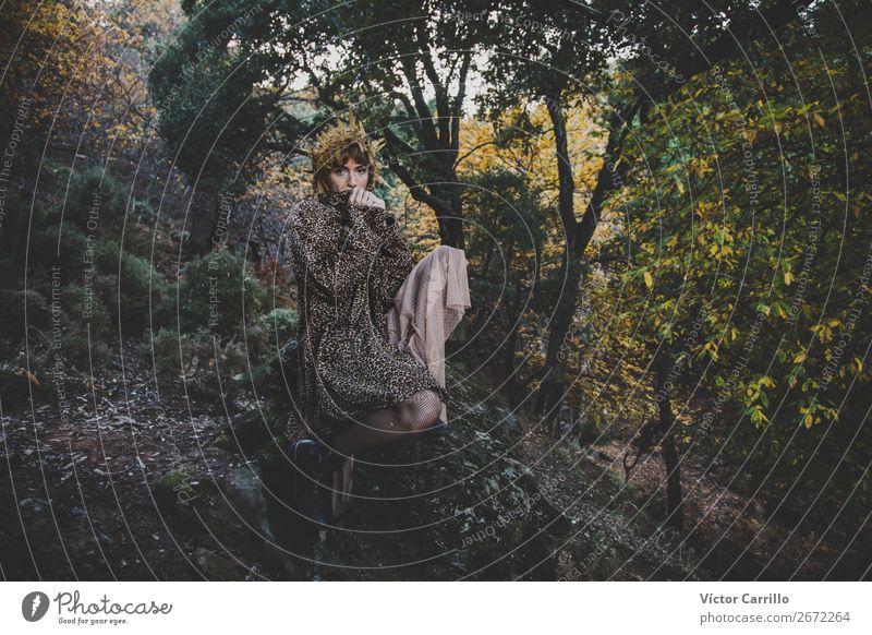 Eine junge Frau, die im Wald steht. Lifestyle elegant Stil Design exotisch Freude schön Mensch feminin Junge Frau Jugendliche Erwachsene 1 18-30 Jahre Umwelt