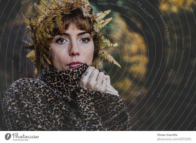 Eine junge Frau, die im Wald steht. Lifestyle elegant Stil Design exotisch Freude Mensch feminin Junge Frau Jugendliche Erwachsene 2 18-30 Jahre Kultur