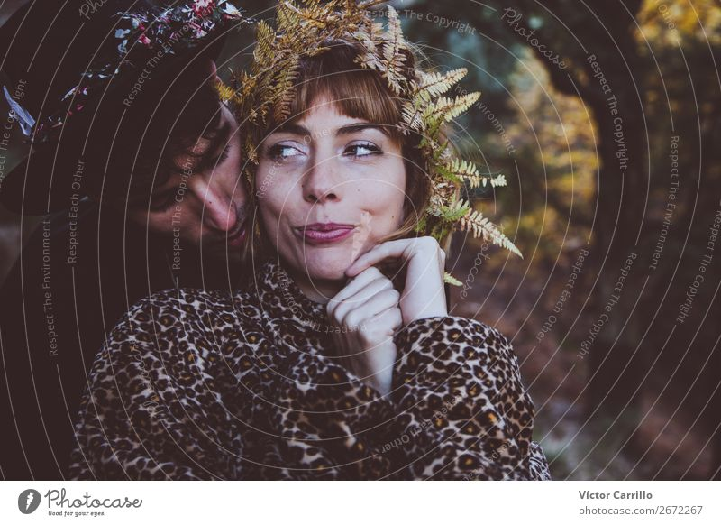 Ein junges Paar, das im Wald steht. Lifestyle elegant Stil Design exotisch Freude Mensch maskulin feminin Freundschaft Partner 2 18-30 Jahre Jugendliche
