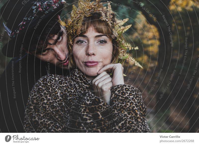 Ein junges Paar, das im Wald steht. Lifestyle elegant Stil Design Mensch maskulin feminin Junge Frau Jugendliche Junger Mann Erwachsene Familie & Verwandtschaft