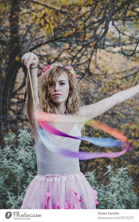 Eine junge coole Frau Stehend und spielend im Wald Lifestyle elegant Stil Design exotisch Mensch feminin Junge Frau Jugendliche Erwachsene Tanzen Tänzer
