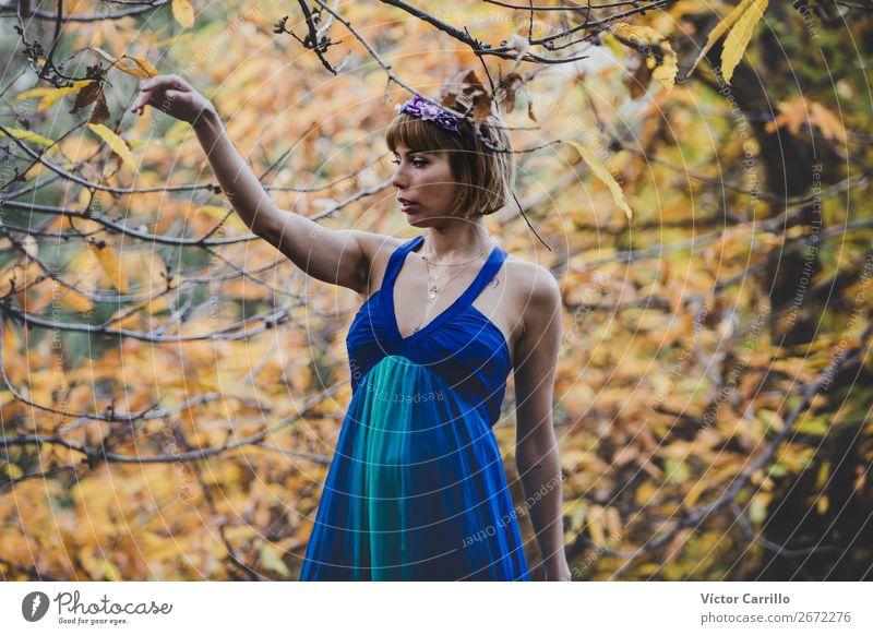 Eine junge Frau, die im Wald steht. Lifestyle elegant Mensch feminin Junger Mann Jugendliche Erwachsene 1 13-18 Jahre Umwelt Natur Pflanze Coolness schön