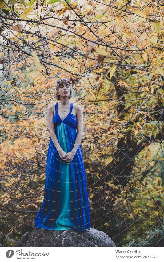 Eine junge Frau, die im Wald steht. Lifestyle elegant Design exotisch Freude Mensch feminin Junge Frau Jugendliche Erwachsene 1 18-30 Jahre Kultur Jugendkultur