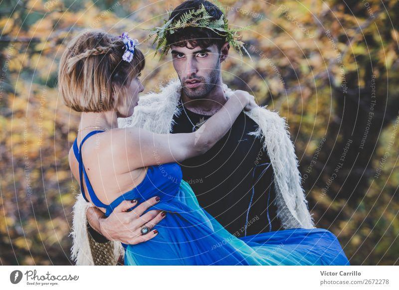 Ein junges Paar, das im Wald steht. Lifestyle elegant Stil Design exotisch Mensch maskulin feminin Junge Frau Jugendliche Junger Mann Familie & Verwandtschaft