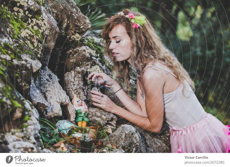 Eine junge Frau, die im Wald steht. Lifestyle kaufen elegant Stil Design exotisch Freude Mensch feminin Junge Frau Jugendliche Erwachsene 1 18-30 Jahre Kultur