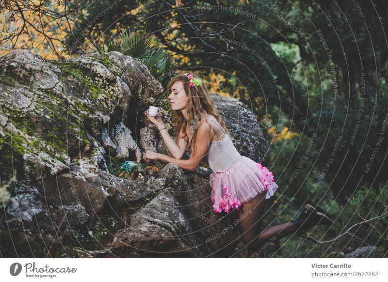 Eine junge, bunte Frau beim Tee im Wald. Lifestyle schön Mensch feminin Junge Frau Jugendliche Erwachsene 1 18-30 Jahre Kultur Jugendkultur Subkultur Umwelt