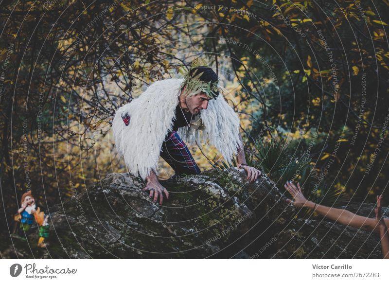 Ein junger Mann, der im Wald steht. Lifestyle elegant Stil Design exotisch Mensch maskulin feminin androgyn Homosexualität Junge Frau Jugendliche Junger Mann