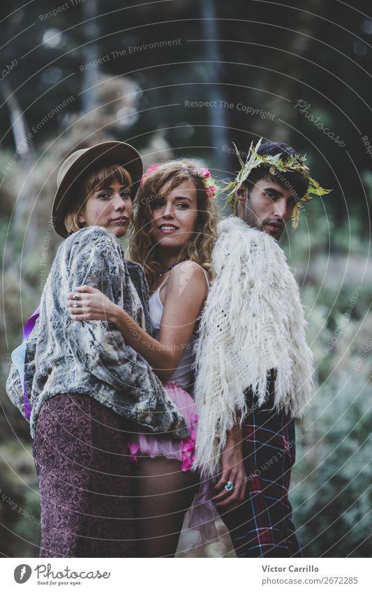 Eine junge Gruppe von Freunden, die im Wald stehen. Lifestyle kaufen elegant Stil Design exotisch Freude Mensch maskulin feminin androgyn Junge Frau Jugendliche