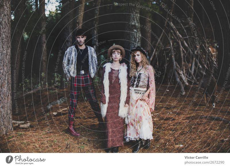 Eine Gruppe von Freunden, die im Wald stehen. Mensch maskulin feminin Junge Frau Jugendliche Junger Mann Erwachsene Familie & Verwandtschaft Freundschaft Paar 3
