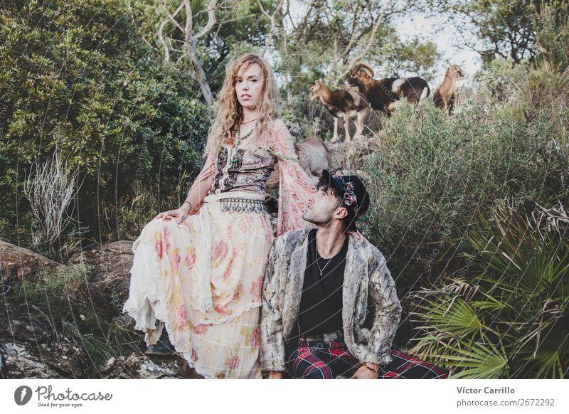 Eine Gruppe von Freunden, die im Wald stehen. Lifestyle kaufen elegant Stil Design Freude Mensch maskulin feminin Junge Frau Jugendliche Junger Mann Erwachsene