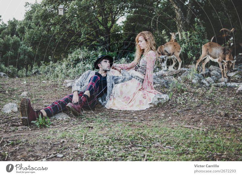 Ein Paar, das im Wald steht. Lifestyle kaufen elegant Stil Mensch maskulin feminin Junge Frau Jugendliche Junger Mann Erwachsene Partner 2 18-30 Jahre Umwelt