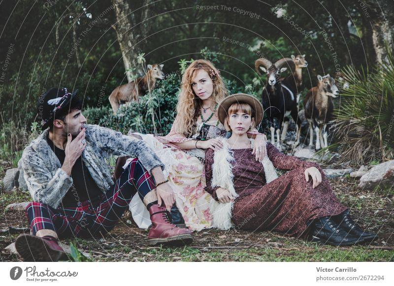 Eine Gruppe von Freunden, die im Wald stehen. Lifestyle kaufen Reichtum Stil Design exotisch Mensch Junge Frau Jugendliche Junger Mann Erwachsene