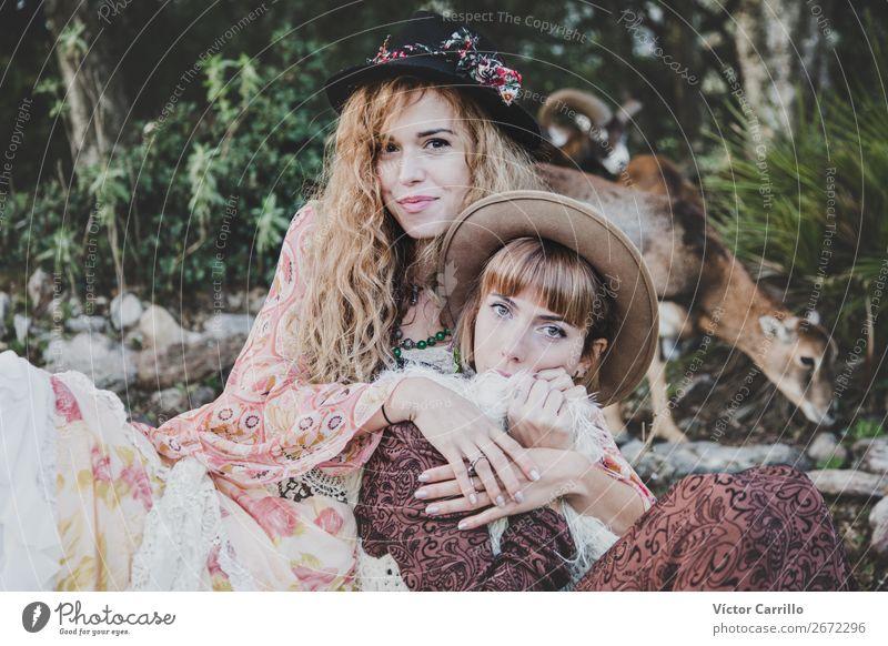 Ein junges Paar Frauen im Wald Lifestyle kaufen elegant Stil Design exotisch Freude Mensch feminin Familie & Verwandtschaft Freundschaft Partner Leben 2