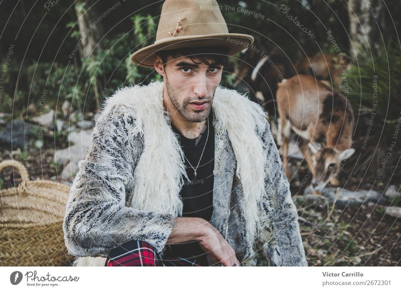 Ein junger Mann, der im Wald steht. Lifestyle elegant Stil Design exotisch Mensch maskulin androgyn Junger Mann Jugendliche Erwachsene Gesicht 1 18-30 Jahre