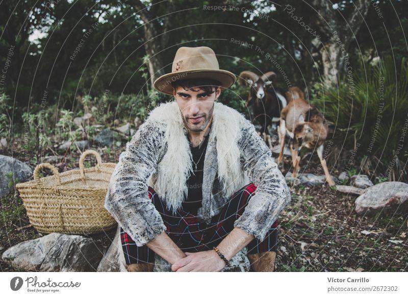 Ein junger Mann, der im Wald steht. Lifestyle kaufen elegant Stil Design Freiheit Mensch maskulin androgyn Junger Mann Jugendliche Erwachsene Gesicht 1