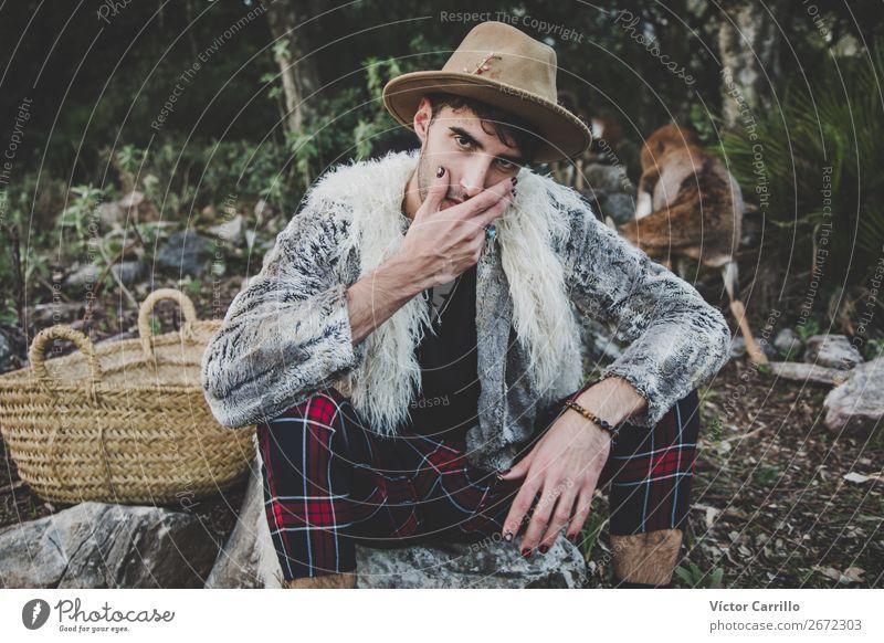 Ein junger Mann, der im Wald steht. Mensch maskulin androgyn Junger Mann Jugendliche 1 18-30 Jahre Erwachsene Umwelt Natur Landschaft Tier Urelemente Mode