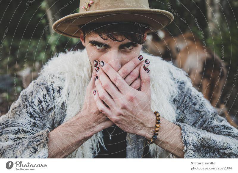 Ein junger Mann, der im Wald steht. Lifestyle elegant Stil Design Mensch maskulin androgyn Junger Mann Jugendliche Gesicht 1 18-30 Jahre Erwachsene Umwelt Natur