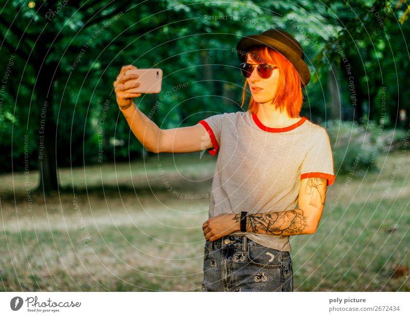 Selfie in der Abendsonne im Stadtpark - [LS147] Lifestyle Zufriedenheit Ferien & Urlaub & Reisen Sommer Sommerurlaub Junge Frau Jugendliche Erwachsene Leben