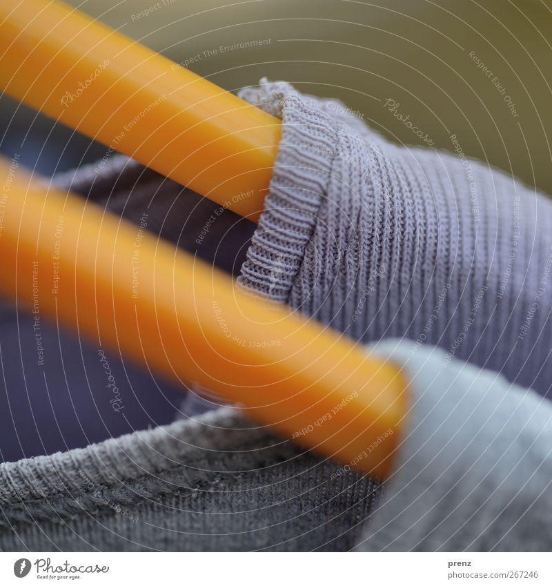 Nikkis Bekleidung T-Shirt Stoff gelb grau violett Faser Nahaufnahme Kleiderbügel Farbfoto Außenaufnahme Menschenleer Textfreiraum oben Tag