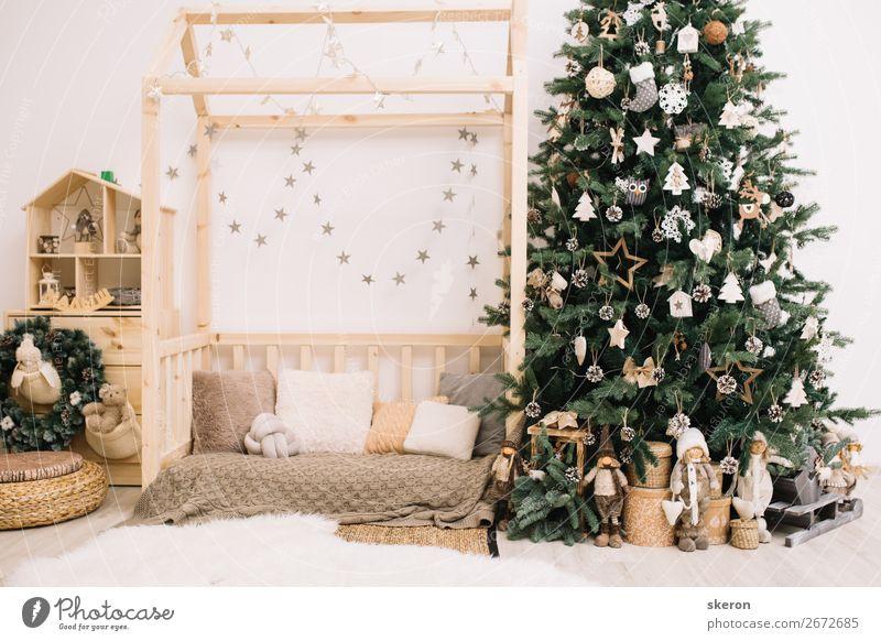 Weihnachtsbaum mit Dekorationen im Kinderzimmer Lifestyle kaufen Reichtum elegant Stil Design Häusliches Leben Wohnung Haus Traumhaus Innenarchitektur