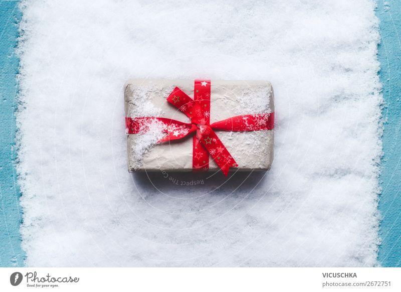 Weihnachtsgeschenk mit roter Schleife auf Schnee kaufen Stil Design Winter Dekoration & Verzierung Party Veranstaltung Feste & Feiern Weihnachten & Advent