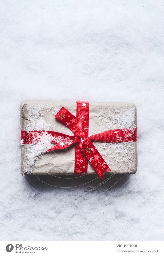 Weihnachtsgeschenk mit roter Schleife im Schnee kaufen Stil Design Winter Dekoration & Verzierung Feste & Feiern Weihnachten & Advent trendy weiß