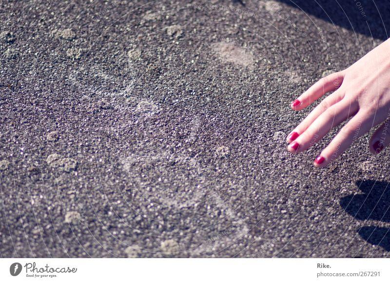 An der Liebe festhalten. Mensch Hand schön feminin Graffiti Gefühle Stein träumen Kunst Finger Lifestyle Romantik Kreativität berühren