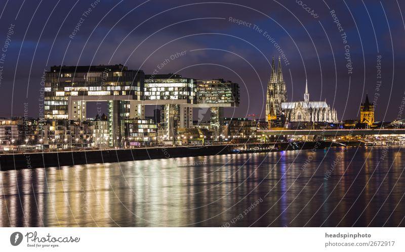 Nachtaufnahmen von den Kranhäusern, Rhein und dem Dom in Köln Deutschland Stadt Hauptstadt Hafenstadt Stadtzentrum Skyline Hochhaus Gebäude Architektur