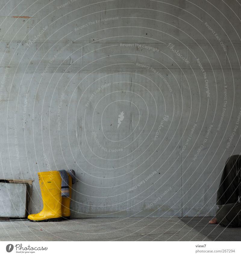 Feierabend Handwerker Baustelle Haus Bauwerk Gebäude Architektur Mauer Wand Fassade Schuhe Stiefel Stein Beton Linie machen schlafen warten authentisch dreckig