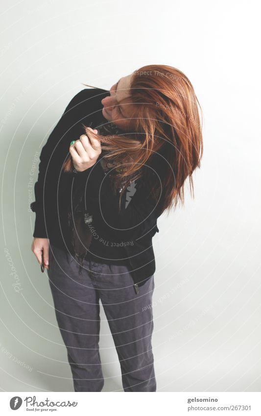 Schüttel dich! feminin Junge Frau Jugendliche Haare & Frisuren rothaarig Bewegung stehen einfach Ferne frei Erotik grau schwarz Farbfoto Studioaufnahme