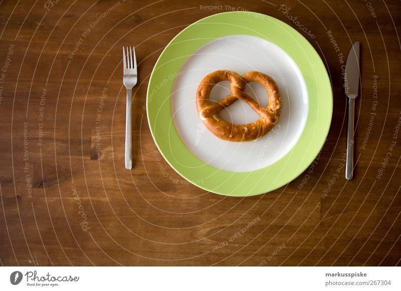 brezn teller essen mit besteck braun Ernährung gold Lebensmittel genießen Getreide Geschirr Frühstück Brot Teller Bioprodukte Messer Festessen Mittagessen