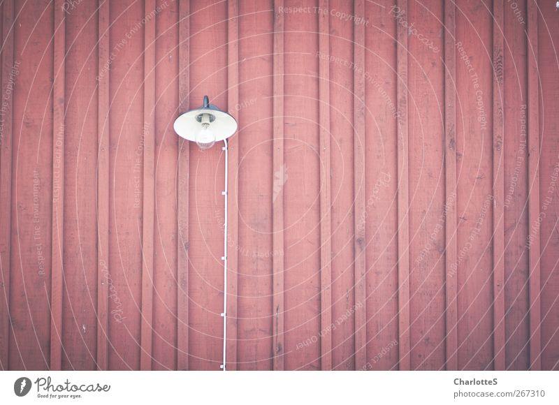Ljus II. Kabel Lampe Glühbirne glühen Holzhaus Holzbrett Mauer Wand Fassade leuchten streichen rot Vignettierung flach Laterne Holzleiste Heftklammerer Schweden