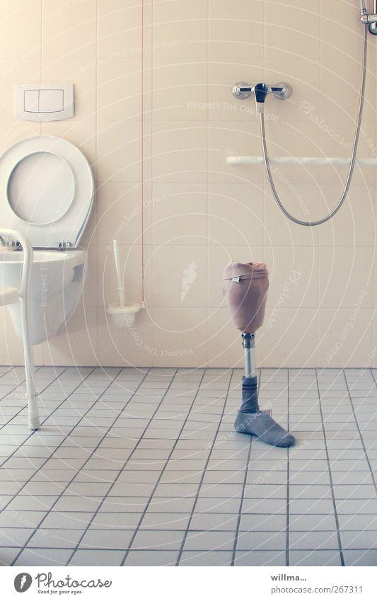 übrig. beinprothese in leerem bad Mobilität Beinprothese Behindertengerecht Prothese Pflegeheim Toilette Fliesen u. Kacheln pflegebedürftig Seniorenheim steril