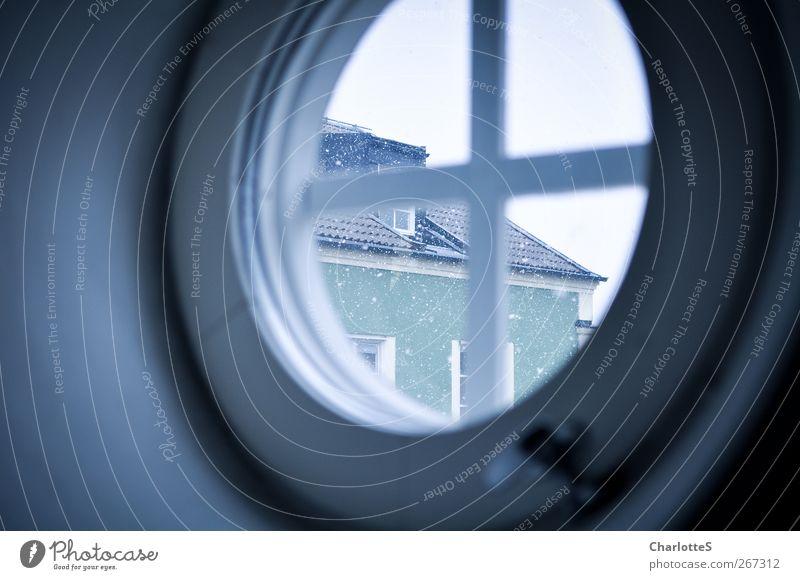 Ljus I. Fenster Türspion beobachten trist Wärme blau grün achtsam ruhig Idylle kalt rund Kreis Griff Viertelkreis Schneefall Haus Verglasung Glas Fensterscheibe