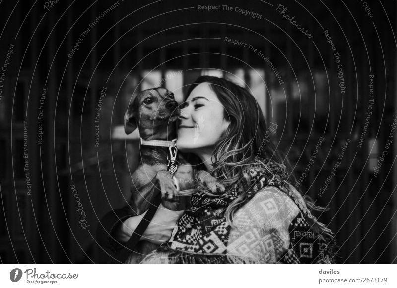 Mensch Ferien & Urlaub & Reisen Hund Jugendliche Junge Frau schön weiß Tier schwarz Lifestyle Erwachsene Liebe Gefühle Zusammensein Freundschaft retro