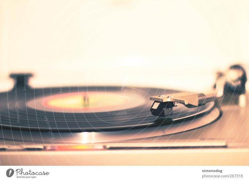 aufgelegt Musik Musik hören Schallplatte retro drehen alt Plattenspieler Tonabnehmer Plattenteller Musikgeschichte Popmusik Rockmusik genießen Nachtleben liegen