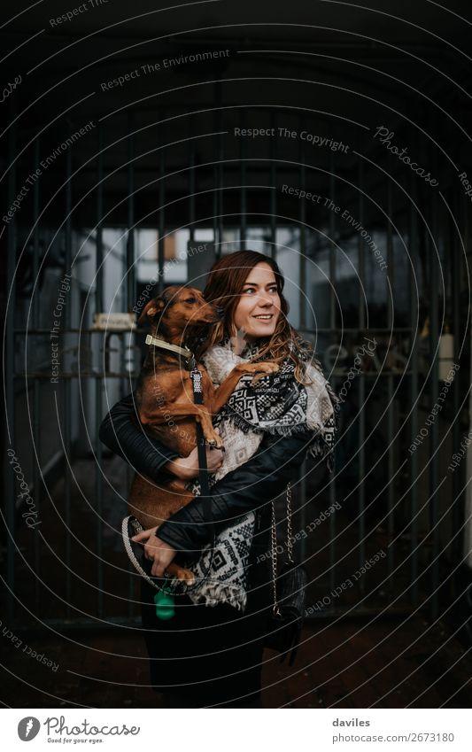 Frau Mensch Ferien & Urlaub & Reisen Hund Jugendliche Junge Frau weiß Tier Straße Lifestyle Erwachsene Liebe natürlich lustig braun Freundschaft
