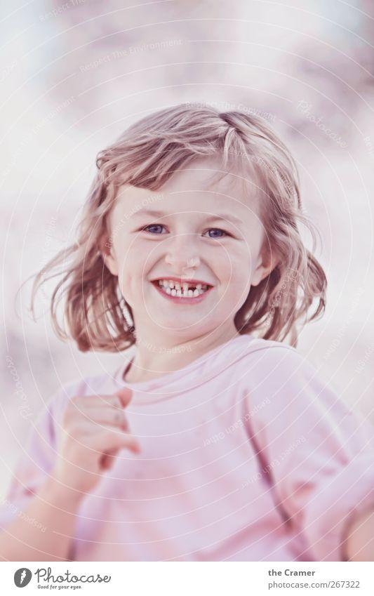Ein Kind wie ein Gewitter 01 Mensch Kind Mädchen Freude Gesicht feminin Leben Haare & Frisuren Glück lachen Gesundheit Kindheit Tanzen laufen natürlich frei