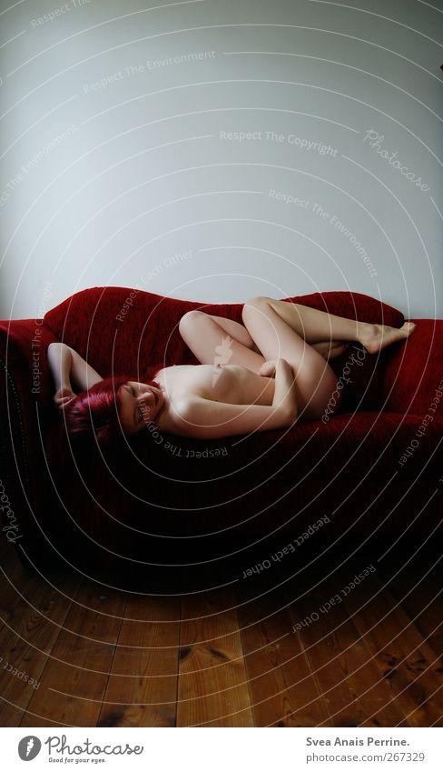 apfel.wein.rot. feminin Junge Frau Jugendliche Körper Haut Kopf Haare & Frisuren Frauenbrust Gesäß Beine 1 Mensch 30-45 Jahre Erwachsene Bodenbelag Holzbrett
