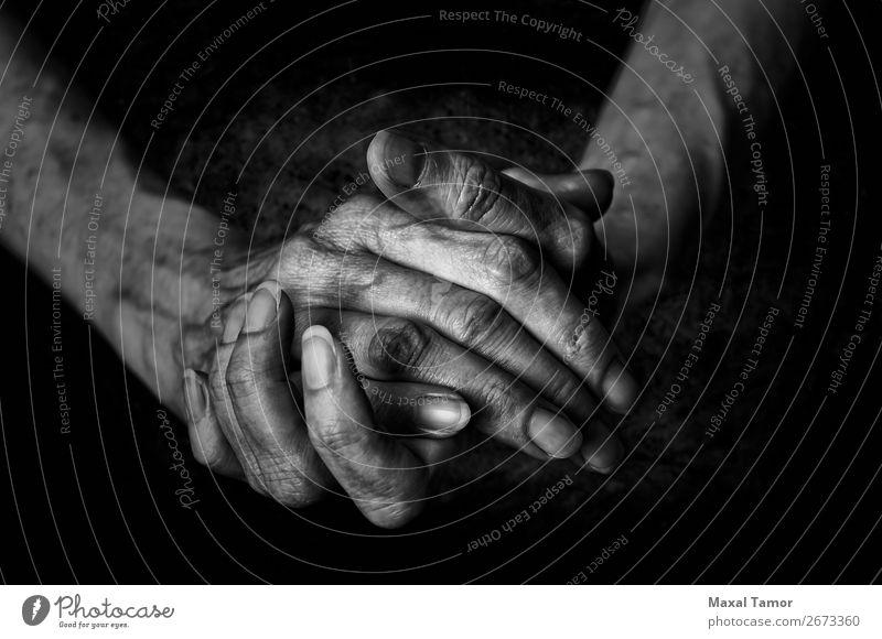Frauenhände schön Körper Haut Mensch Erwachsene Arme Hand Finger alt Aggression natürlich stark schwarz Kraft Aktion angriffslustig Hintergrund Pflege Kaukasier
